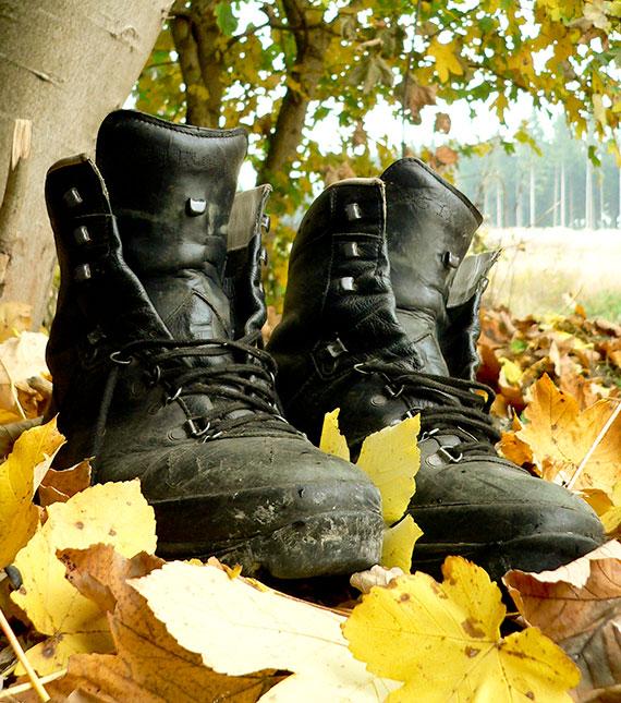 Wanderschuhe im Herbstlaub
