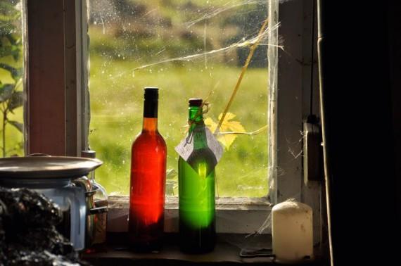 Flaschen am Fenster